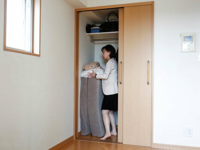 «سائِکو کوشیبیکی» را مشاهده می کنید که تشک خود را مرتب می کند