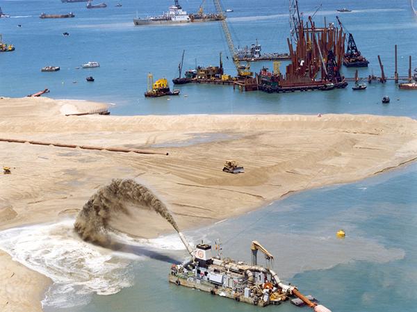 تصویری از مراحل حاک ریزی روی آب جهت ساخت جزیره ۵۰۴ هکتاری فرودگاه کانسای ژاپن