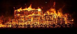 گرامیداشت سالروز «آتش سوزی بزرگ» لندن با آتش زدن ماکتی چوبی