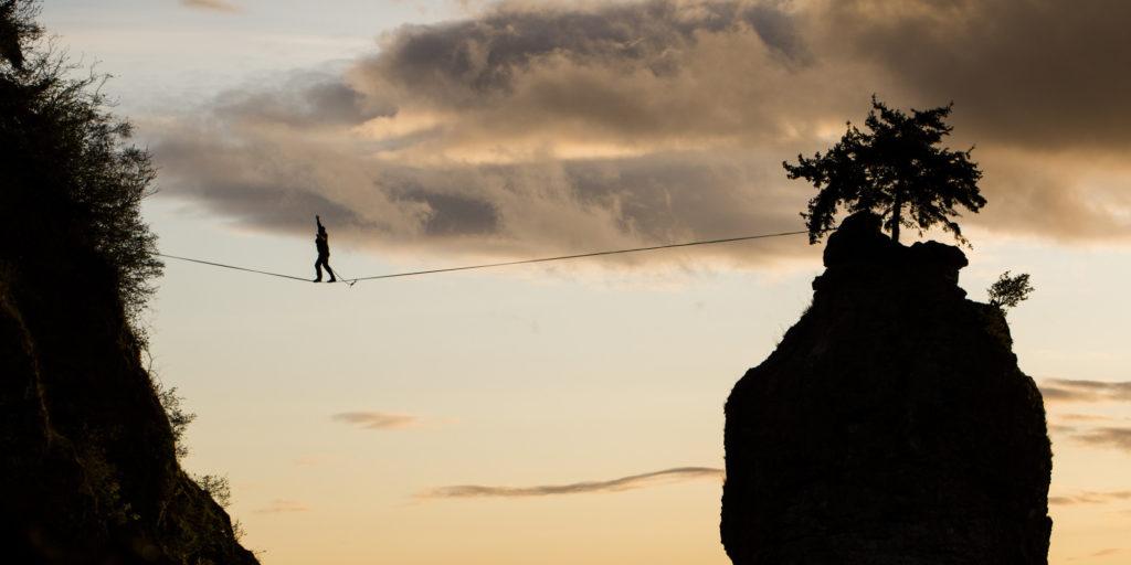 راه پیمایی نفس گیر بر روی طناب، در میان صخره ها و در ارتفاع ۳۲ متری از زمین [تماشا کنید]