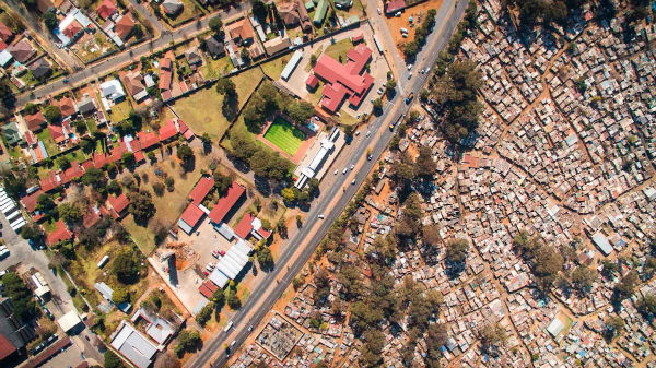 only-aerial-photography-could-capture-the-difference-in-density-between-the-slums-and-the-affluent-neighborhoods-w600