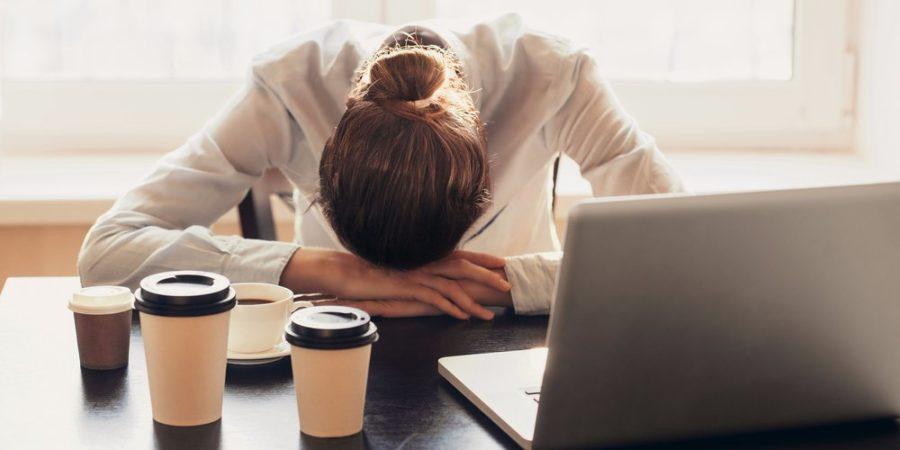۸ نشانه پنهان که می توانند علامت استرس کاری باشند