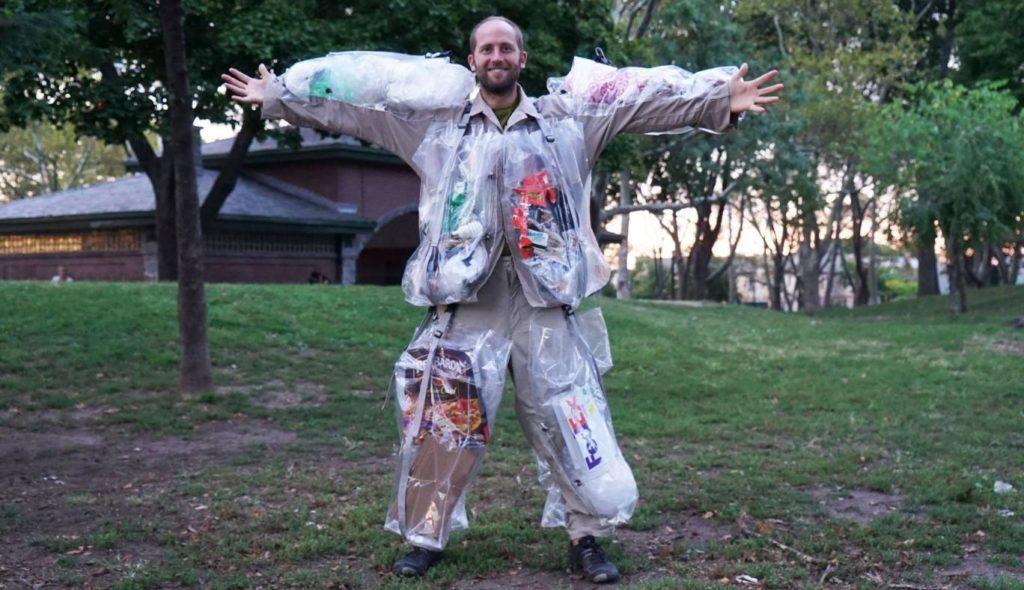دوستدار محیط زیستی که بنا دارد زباله های تولیدی اش را بپوشد [تماشا کنید]