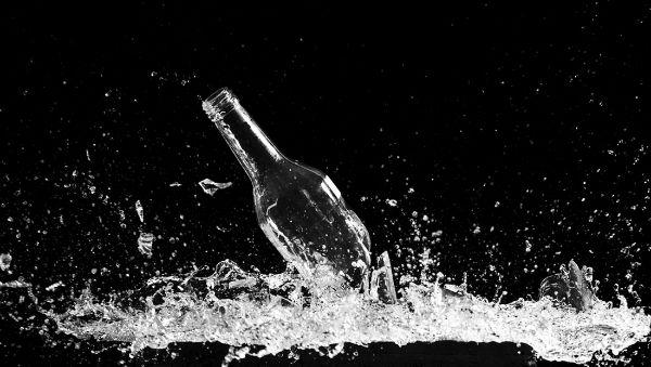 دلایل علمی برای شکسته شدن بطری با دست خالی [تماشا کنید]