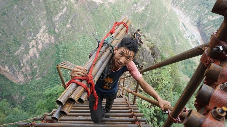 کودکان چینی که برای رفتن به مدرسه از نردبانی ۸۰۰ متری بالا می روند