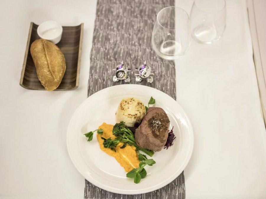 خطوط هوایی برتر دنیا با چه غذاهایی از مسافرین خود پذیرایی می کنند