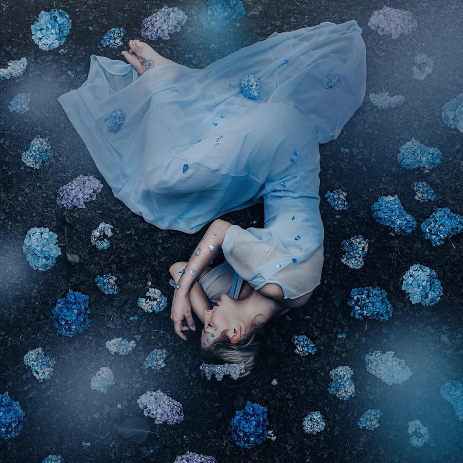 «نگهدارنده گل ها»؛ عکاسی به نام «الی ویکتوریا گیل» خیالات و تصورات خود را در قالب عکس و ویرایش های پس از آن به نمایش عموم می گذارد و این تصویری، یکی از هنرمندی های اوست.