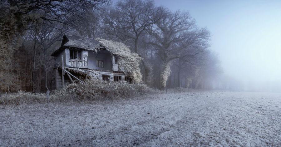 1. «عمارت گویست کریکت» / عکاس: متیو دارتفورد / این عکس در نورفولک انگلستان و به صورت تک رنگ قرمز گرفته شده است.