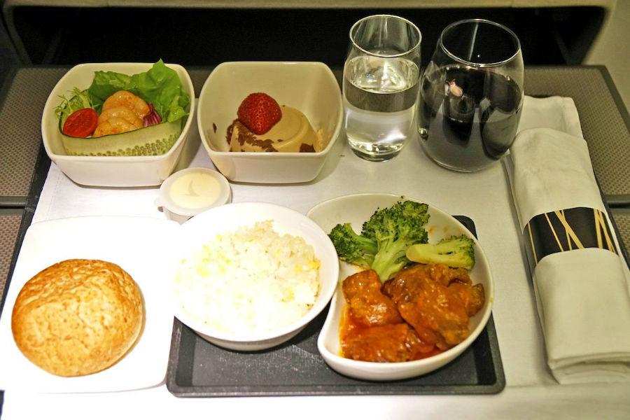 11. Cathay Pacific منوی کلاس بیزینس این خط هوائی شامل غذاهای چینی همانند گوشت خوک با نیمرو و برنج است که در کنار آن سالاد، دسر و نوشیدنی هم ارائه می گردد.