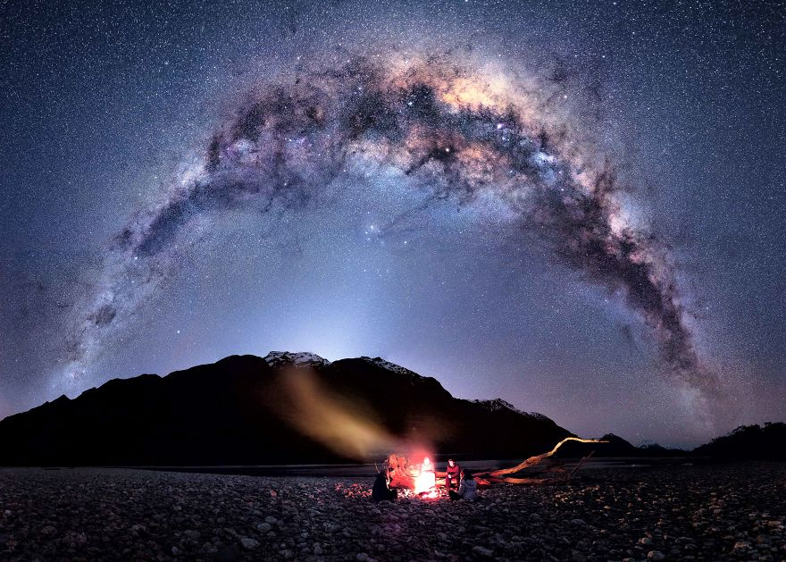 نشستن در زیر آسمان پر ستاره و در کنار آتش