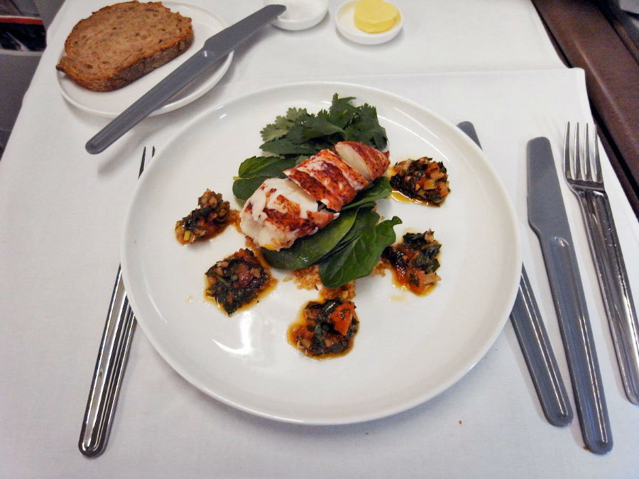 10. Qantas غذاهای مسافران بخش درجه یک شامل کوکتل لابستر، خاویار و دنده کباب است.
