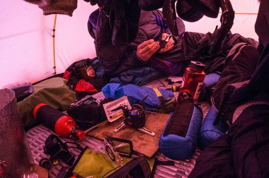 آنها شب را در چادر اقامت می کرده اند و به وسیله تلفن ماهواره ای، تجربه روزانه خود را در شبکه های اجتماعی با افرادی که پیگیر فعالیت هایشان بوده اند، به اشتراک می گذاشته اند.