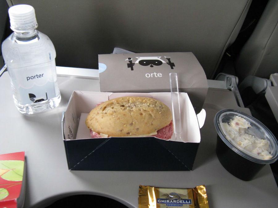 9. Porter Airlines خط هوائی کانادایی Porter از آنجا که فرست کلاس یا بیزینس کلاس ندارد، برای تمامی مسافران غذای گرم سرو می کند. البته در صورت تمایل می توانید غذاهای سبک همانند ساندویچ یا سالاد ماکارونی درخواست کنید. بعلاوه، اسنک و انواع نوشیدنی ها برای تمامی مسافران موجود خواهد بود.