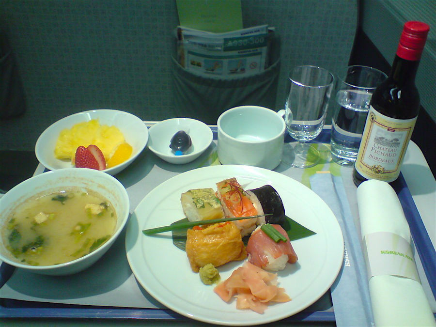 8. Korean Air مسافران بخش بیزینس خط هوائی کره با غذاهای سنتی این کشور همانند سوپ میسو و میوه تازه پذیرایی می شوند.