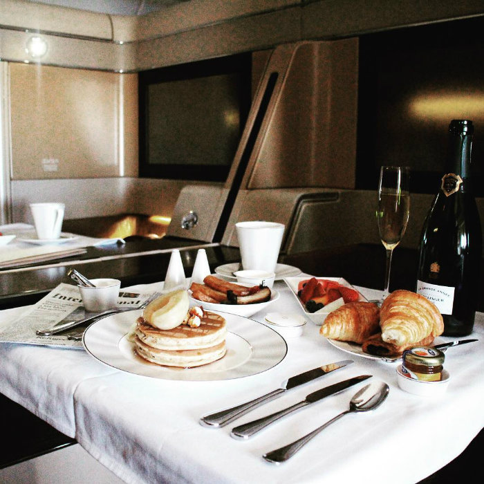14. خطوط هوائی اتحاد (Etihad Airways) این شرکت هواپیمایی که جزو لوکس ترین ها محسوب می گردد، در بخش بیزینس کلاس خود برای صبحانه سنگ تمام گذاشته و انواع پنکیک ها را با نوشیدنی های تازه سرو می کند.