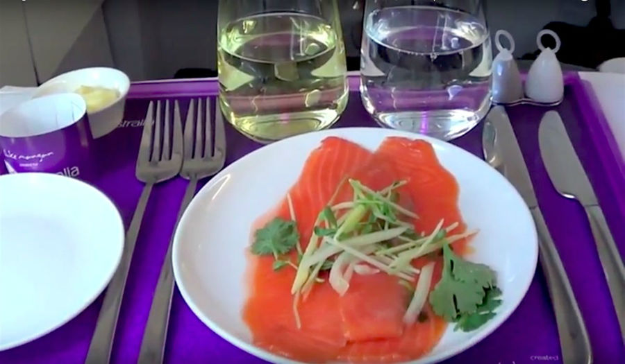 6. Virgin Australia هواپیمایی ویرجین استرالیا مسافران بخش بیزینس خود را با منوی سه مرحله ای پذیرایی می کند که شامل پیش غذا، غذای اصلی و دسر می گردد. از جمله پیش غذاها می توان به سالمون دودی اشاره کرد.