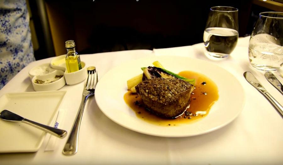 5. All Nippon Airways این خط هوائی غذاهای گرم و متنوعی از سوپ میسو گرفته تا بیف را در لیست پذیرایی از مسافران خود دارد. در هواپیماهای این شرکت، 4 وعده غذا سرو می گردد: پیش غذا، ماهی، غذای اصلی و دسر و نوشیدنی.