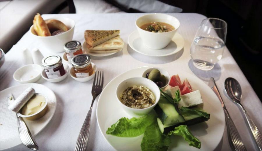 4. Qatar Airways خط هوائی قطر برای مسافران درجه یک، یک سینی از انواع خوراکی های مرسوم برای صبحانه در خاور میانه ارائه می دهد.