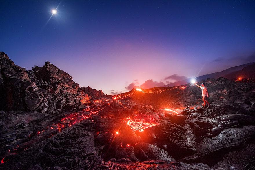 به جان خریدن خطر سوختن با گدازه آتشفشان برای ثبت یک عکس خاص