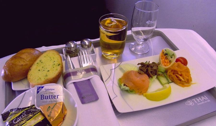 18. خط هوائی تایلند (Thai Airways) ماهی سالمون دودی با نان سیر، پنیر، کراکر و نوشیدنی برای ناهار بخش بیزینس