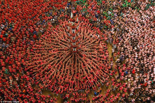تصویری که رقابت هزاران نفر برای ساخت بلندترین برج انسانی را نشان می دهد