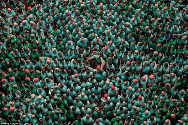 تیمی با لباس سبز رنگ که خودش را برای مراحل بعدی مسابقه آماده می کند