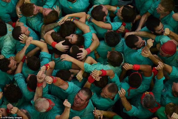 شرکت کنندگان یکدیگر را در آغوش گرفته و موفقیتشان را جشن می گیرند