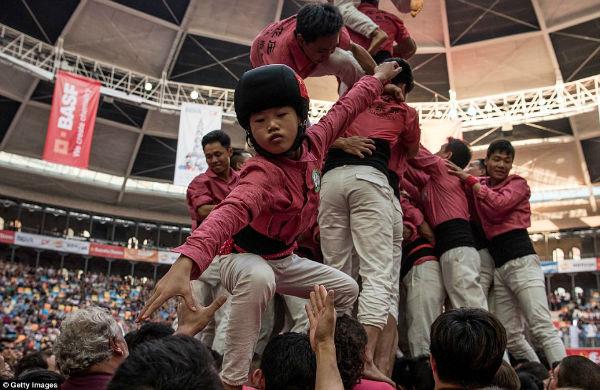 بچه ها هم در این مسابقه شرکت داده می شوند. همانطور که مشاهده می کنید، دختر بچه ای بر روی دستان هم تیمی هایش بالا می رود