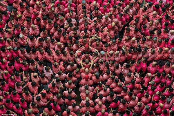 تیمی که لباس های صورتی رنگ به تن دارد، برای شرکت در مسابقه به تمرین می پردازد