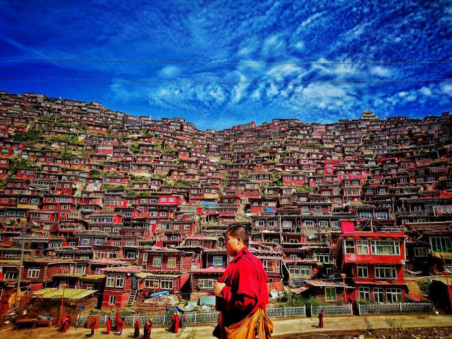 عکاس این عکس به روستای «سِرتار» در چین سفر کرده تا به موسسه آموزشی بودایی ها رفته و از نزدیک از آنها دیدن نماید که در مسیر خود این راهب را دیده و عکس گرفته.