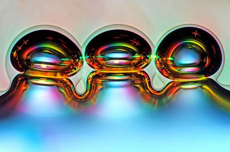 رتبه ششم: حباب های هوایی که در اثر حل شدن ویتامین C در آب ایجاد شده