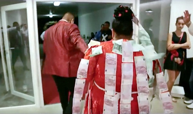 Slovakian gypsy wedding with bride showered with gold and 500 euro notes went viral on Slovakian and Russian web