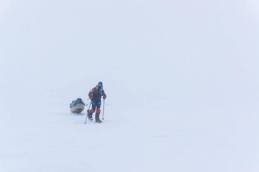 لارسن برای توضیح شدن سختی و سرمایی که در قطب شاهده آن بوده گفته: «اگر دوست دارید بدانید سفر به قطب شمال چگونه است، توصیه می کنیم وان حمام را با آب یخ پر کرده و به مدت 12 ساعت درون آن بنشینید و به یک صفحه سفید و خالی خیره شوید.»