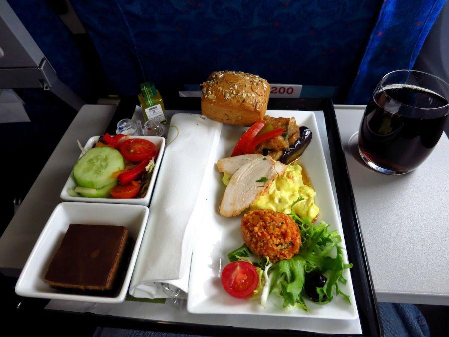 12. Turkish Airlines برای مسافران بخش بیزینس، غذاهای مدیترانه ای همانند سینی مزه، سالاد، دسر و نوشیدنی سرو می کند.