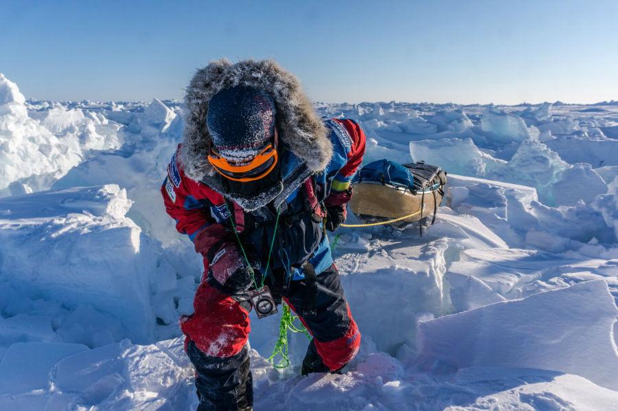 وی همچنین ادامه داده که: «باد و برف به قدری زیاد است که نمی توان به درستی مسیر پیش رو را مشاهده کرده و راه را پیدا کرد. گفته می شود که قطب شمال بسیار زیباست اما من دلم می خواست وقتی آنجا بودم بتوانم این زیبایی ها را از نزدیک شاهد باشم.»