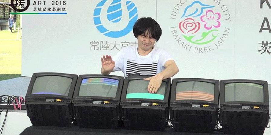 هنرمند خوشحال ژاپنی که با نمایشگرهای CRT طبل می نوازد [تماشا کنید]