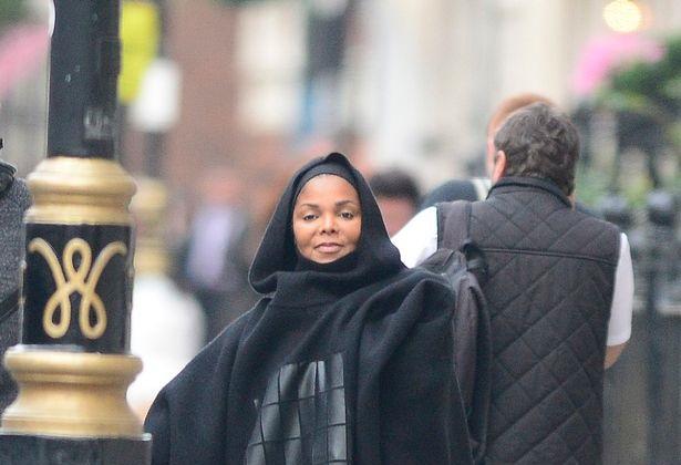 جنت جکسون با پوشش اسلامی؛ او نخستین بار بعد از حاملگی در انظار عمومی ظاهر شد