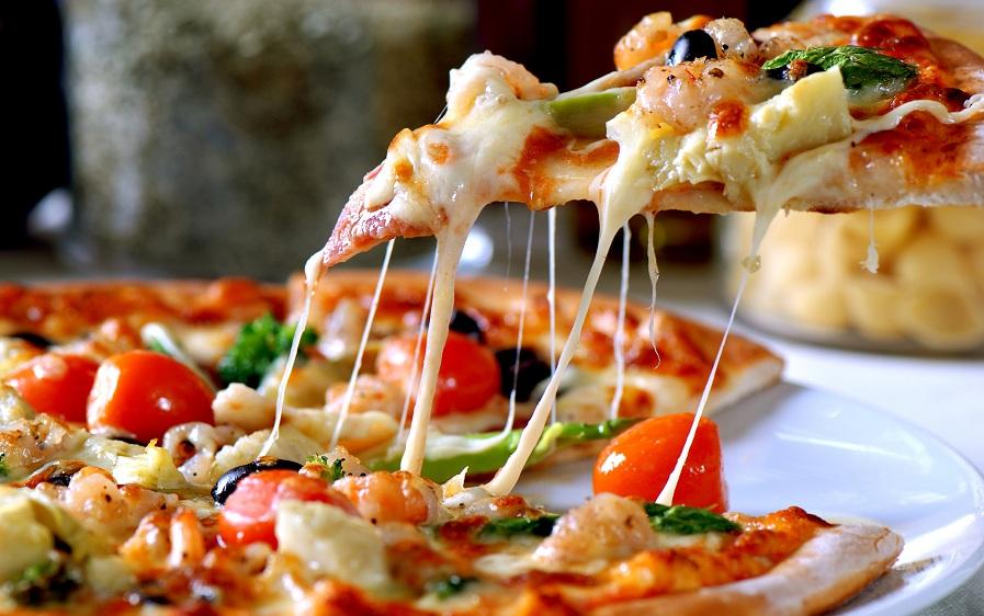 آیا می دانستید تا الان به روشی اشتباه پیتزا می خورده اید؟