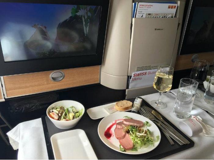 15. خط هوائی سوئیس (Swiss Air) این خط هوایی در طول ماه های سپتامبر تا نوامبر به مسافران بخش درجه یک و بیزینس، غذاهای محلی سوئیس و نوشیدنی های درجه یک ارائه می دهد.