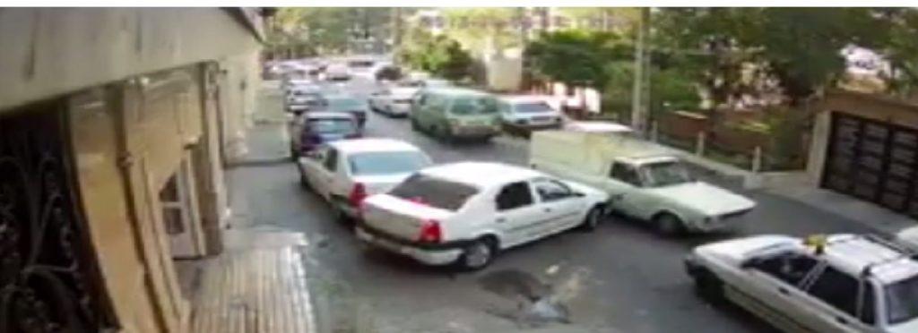 جنون در خیابان های تهران؛ راننده وانتی که با تمامی خودروهای یک کوچه تصادف کرد [تماشا کنید]