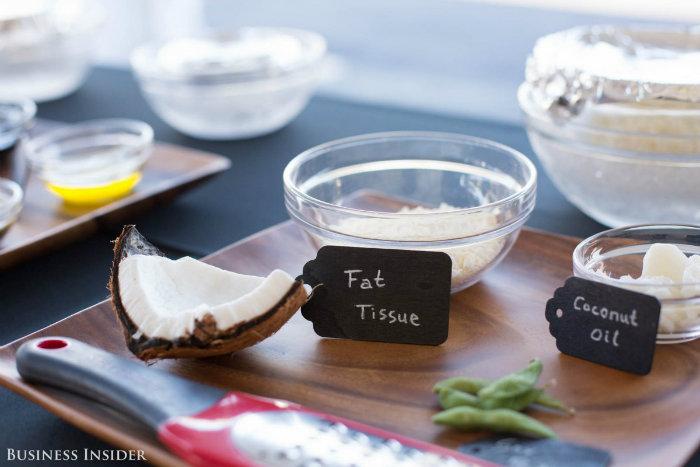 روغن نارگیل، چربی، شکر و افزودنی های مجاز در مراحل مختلف تولید این محصول بکار گرفته می شود، البته مواد دیگری نیز وجود دارند.