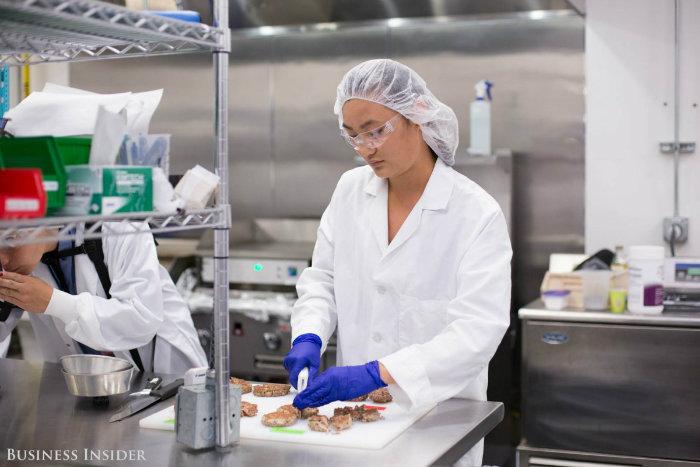 """از آنجایی که نمی تئان کیفیت گاو ها را برای تولید برگرهایی بهتر ارتقا داد، شرکت """"غذاهای غیرممکن"""" قصد دارد به این هدف یعنی تولید برگرهایی عنی تر، سالم تر، خوشمزه تر و البته عاری از گوشت دست یابد."""