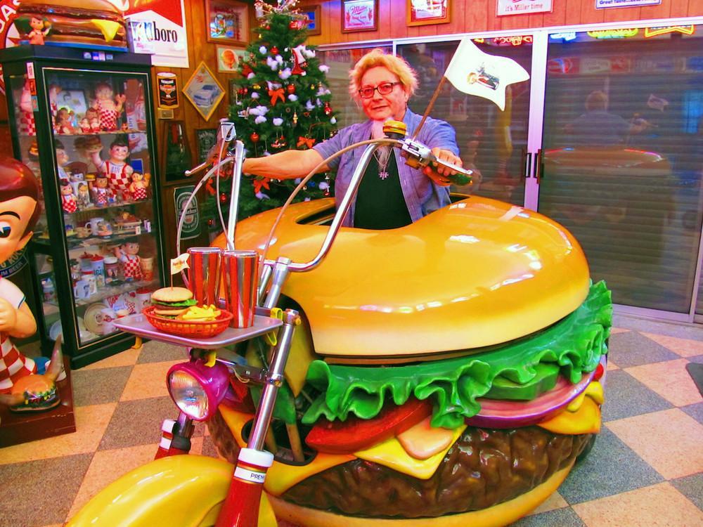 بازی نمک پاش مردی که بزرگترین کلکسیون همبرگر دنیا را دارد - روزیاتو