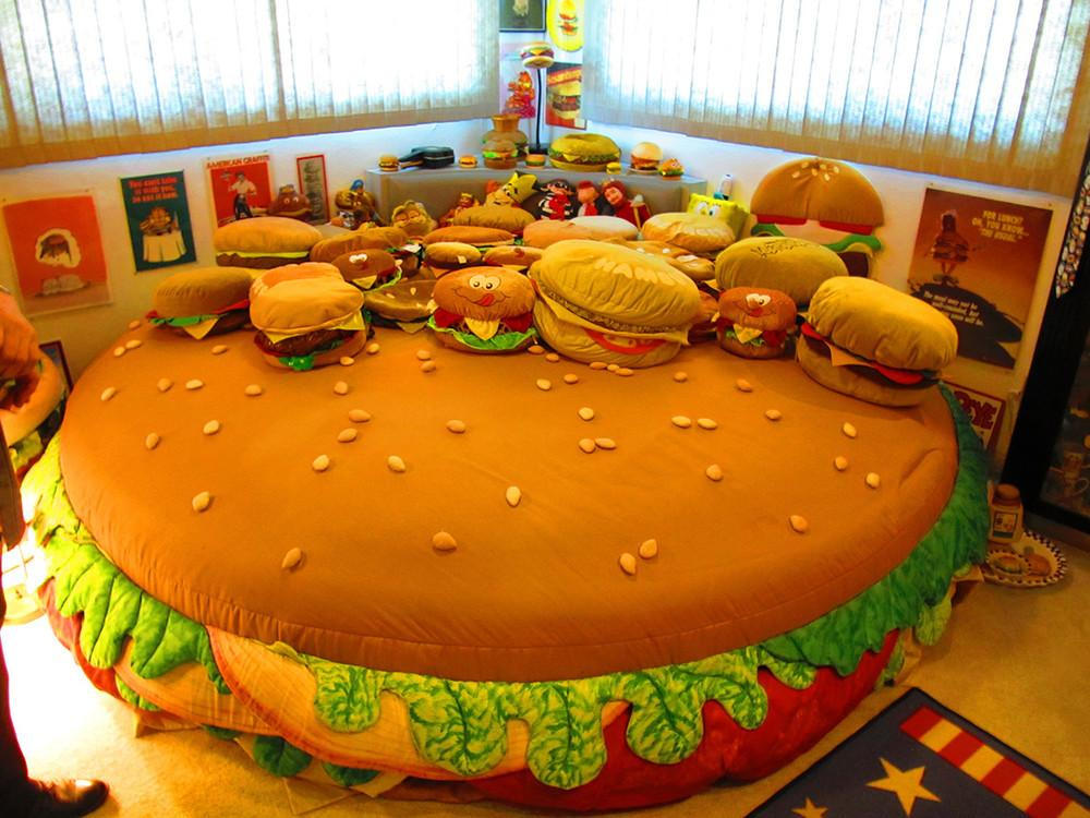 meet-the-man-with-the-worlds-largest-collection-of-hamburger-memorabilia-body-image-1474999462-size_1000