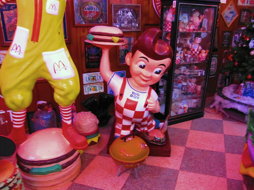 meet-the-man-with-the-worlds-largest-collection-of-hamburger-memorabilia-body-image-1474999535-size_1000