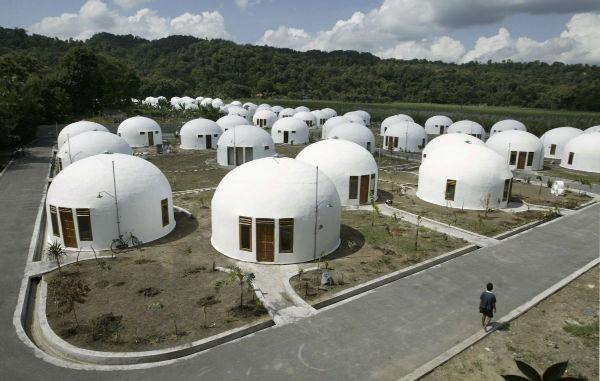 موسسه ای غیر دولتی در کشور ایالات متحده، این 70 خانه را در سال 2007 میلادی برای دهکده «سامبِرهارجو» ی کشور اندونزی ساخته است. زمین لرزه 6.4 زیشتر خانه های بسیار زیادی را تخریب کرد، به همین دلیل مردم در خانه های گنبدی شکل مقاومی که با استفاده از بتن نسلح ساخته شده اند اقامت گزیدند