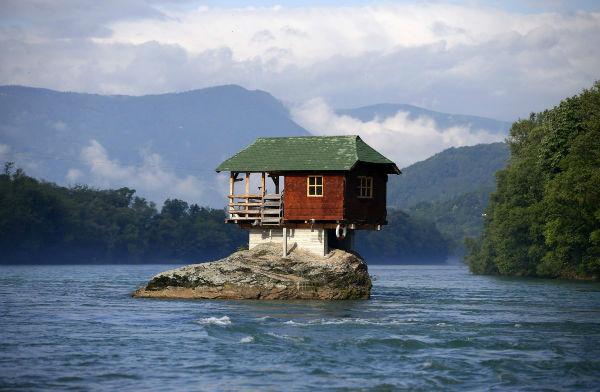 برخی خانه ها در عجیب ترین مکان ها احداث می شوند. این مکان نیز بر روی صخره ای واقع در رودخانه «درینا» ی کشور صربستان احداث شده. گروهی از افراد جوان آن را در سال 1986 میلادی احداث کرده و در کلبه چوبی اقامت گزیدند
