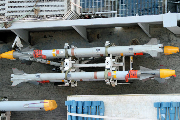 موشک های «AIM 9X» بر روی قفسه قرار داده شده و از هواپیما دور می شوند