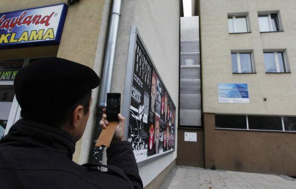 یکی از عجیب ترین خانه ها در شهر ورشوی کشور لهستان قرار دارد. «اِتکار کِرِت» نویسنده اهل رژیم اشغالگر قدس طراحی آن را بر عهده داشته و به گونه ای خانه را ساخته که عرض آن در باریک ترین نقطه به 90 سانتیمتر می رسد