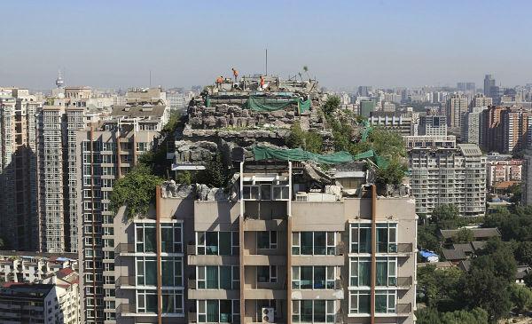 مجتمع آپارتمانی 26 طبقه «جنگل شهری» که در شهر پِکن قرار دارد، بسیار خاص جلوه می کند. یک ویلا که سراسر آن توسط صخره ها احاطه شده، در پشت بام این مجتمع اهداث گشته است